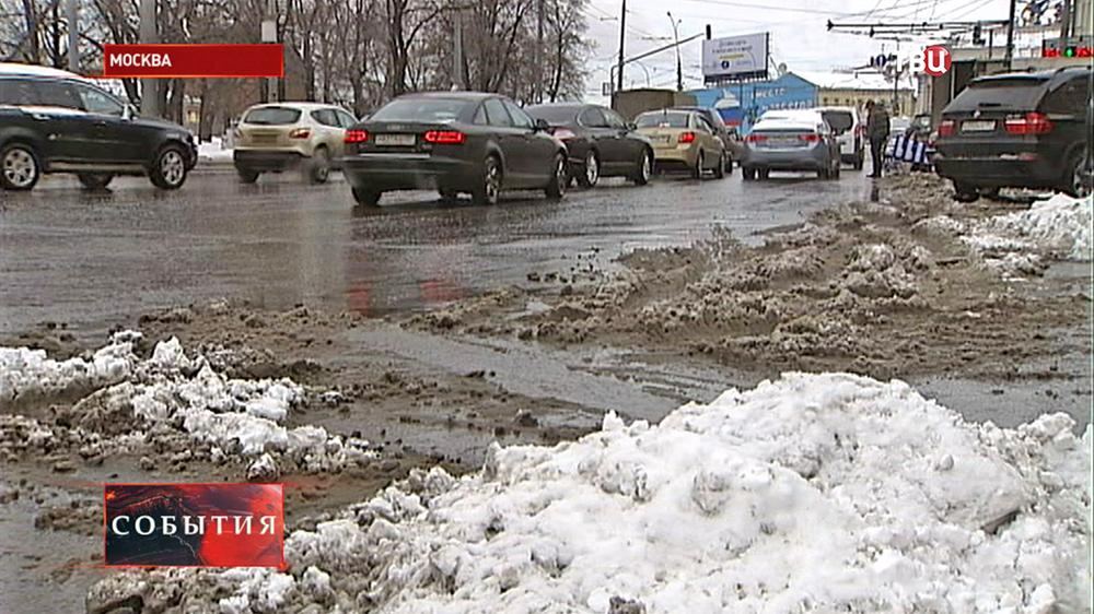 Талый снег на обочине дороги