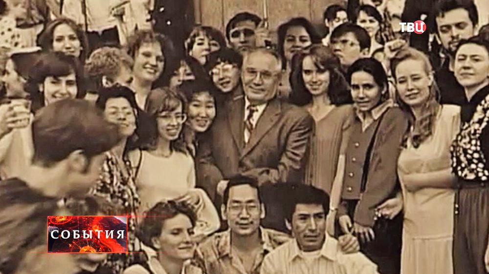 Совместное фото студентов и ректора МГУ Виктора Садовничего