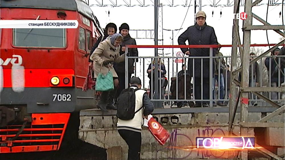 """Пассажиры прыгают с платформы на станции """"Бескудниково"""""""