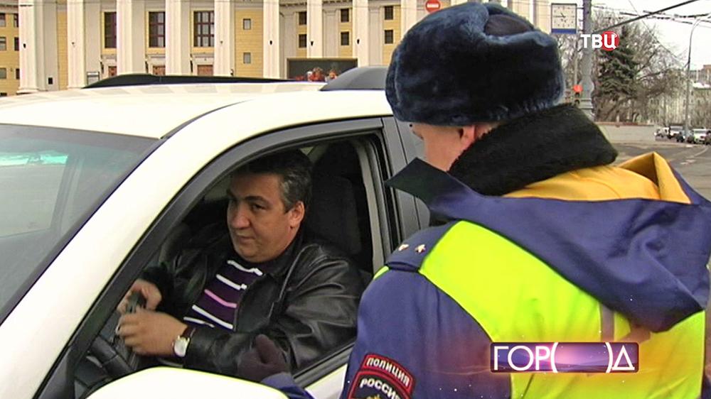 Инспектор ДПС проверяет права водителя
