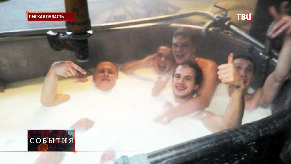 Работники сырной фабрики купаются в молоке