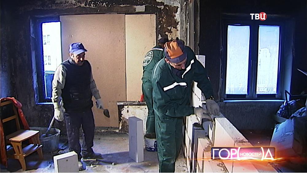 Строители восстанавливают упавшую стену