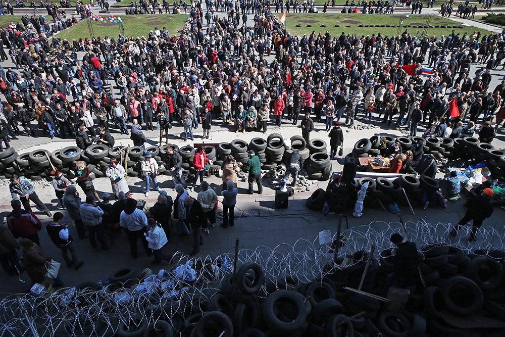 Участники протестных акций на Октябрьской площади у здания Донецкой областной администрации