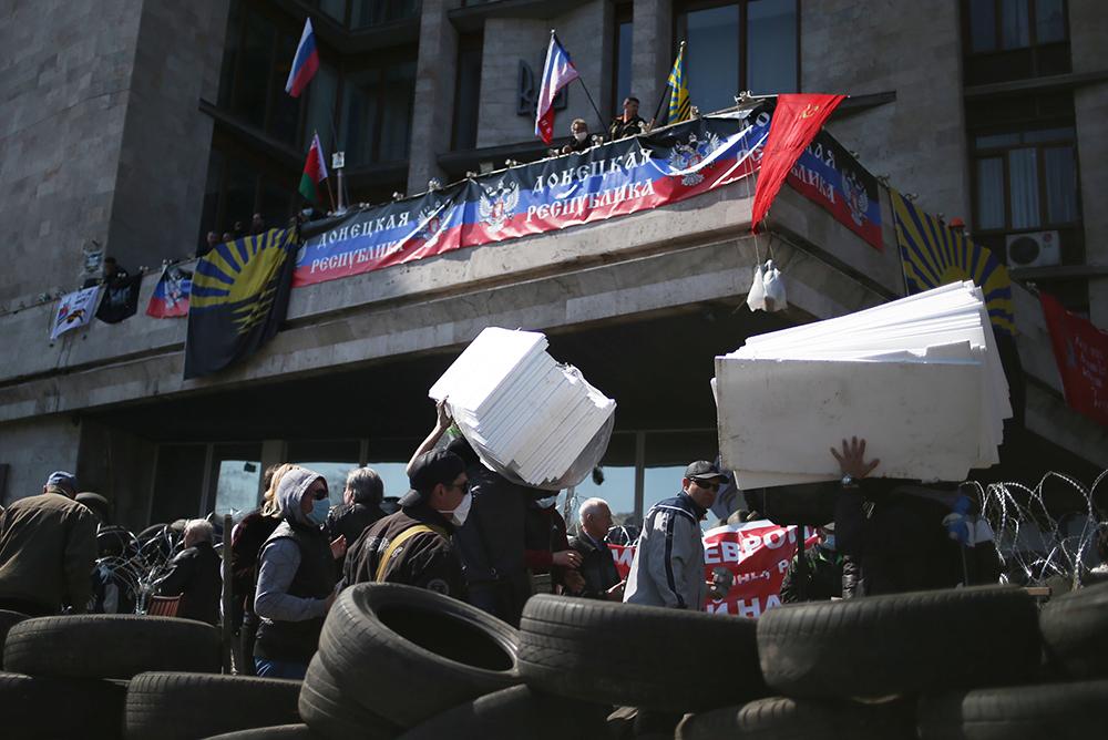 Участники протестных акций во время сооружения баррикад