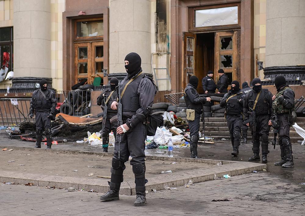 Сотрудники МВД Украины у здания областной администрации в Харькове