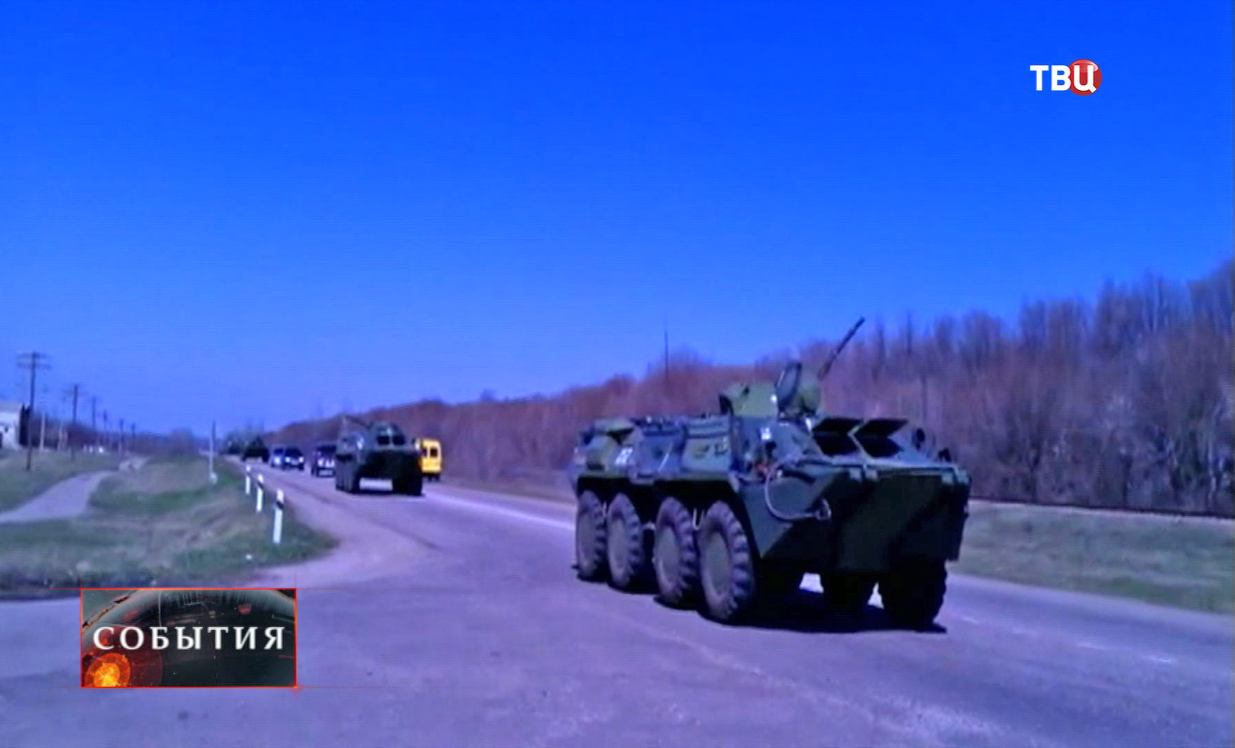Колонна бронетехники на дороге в пригороде Луганска