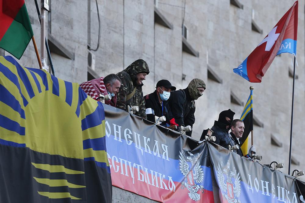 Участники протестных акций на балконе здания Донецкой областной администрации