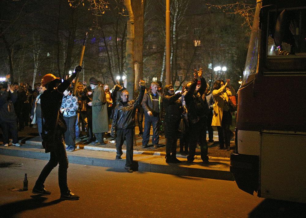 Активисты самообороны во время блокирования автобуса