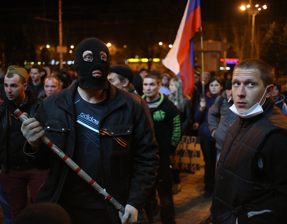 Активисты самообороны у здания Донецкой областной администрации