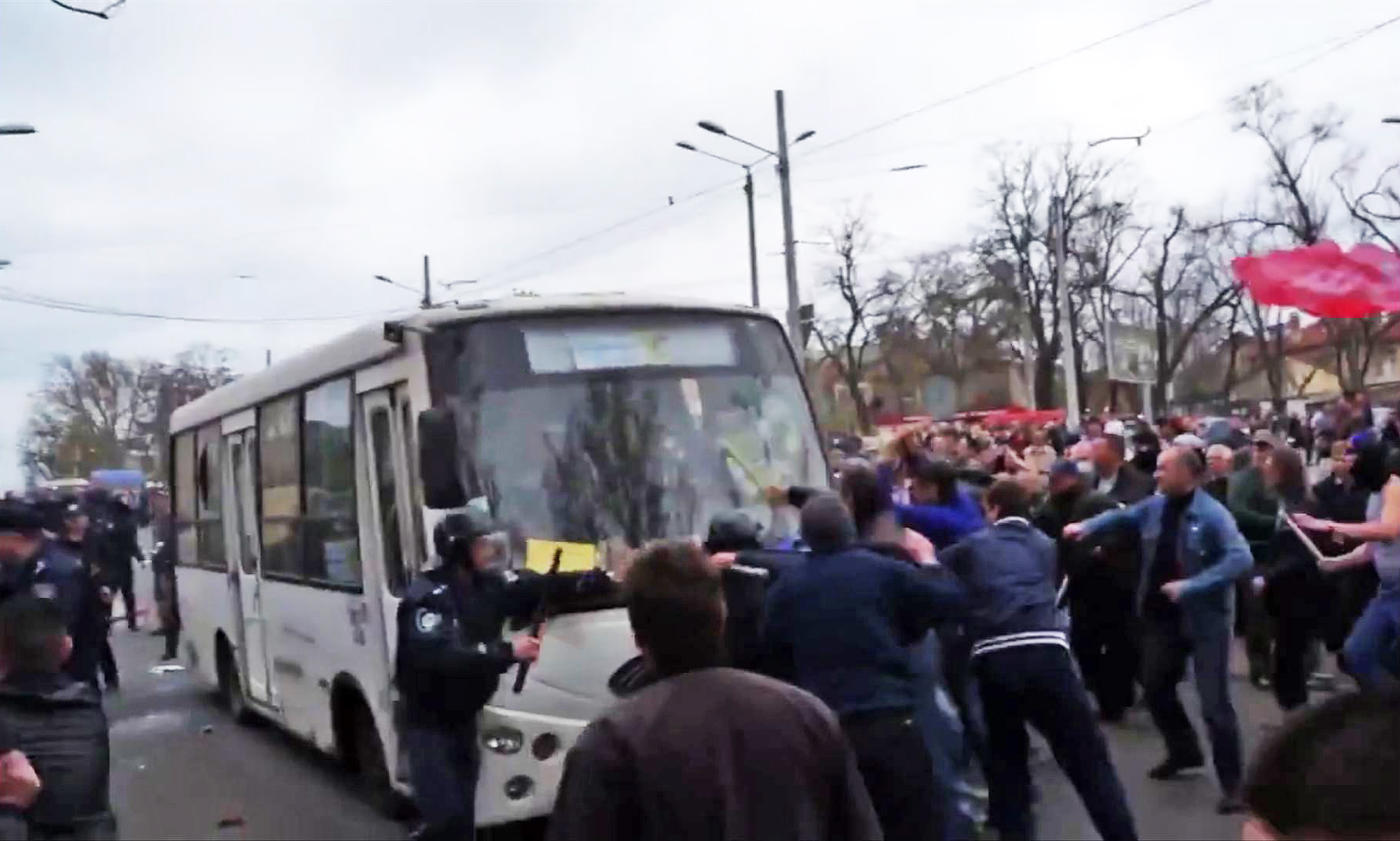 """Жители Одессы блокируют автобус с активистами """"Правого сектора"""". Видео: You Tube, пользователь: Zhitel UA"""