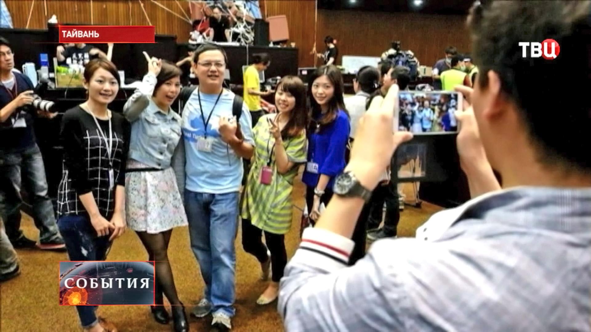 Тайваньские студенты фотографируются в здании парламента