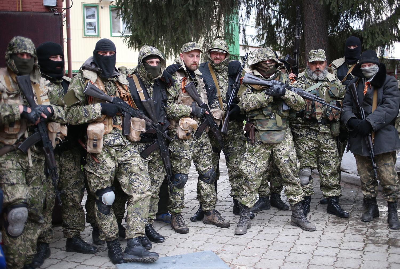 Сторонники федерализации Украины у захваченного ими здания СБУ в городе Славянске
