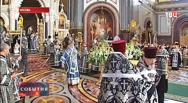 Верующие молятся