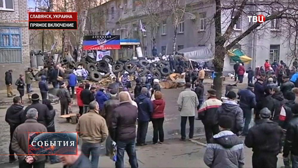 Митингующие в Славянске возвели баррикаду