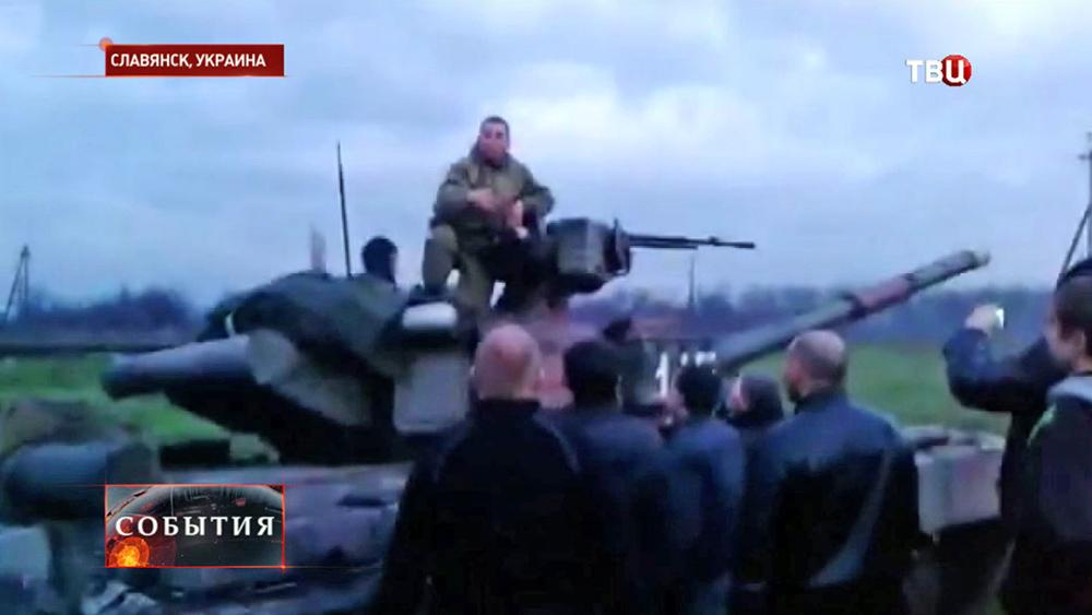 Жители Славянска останавливают танк