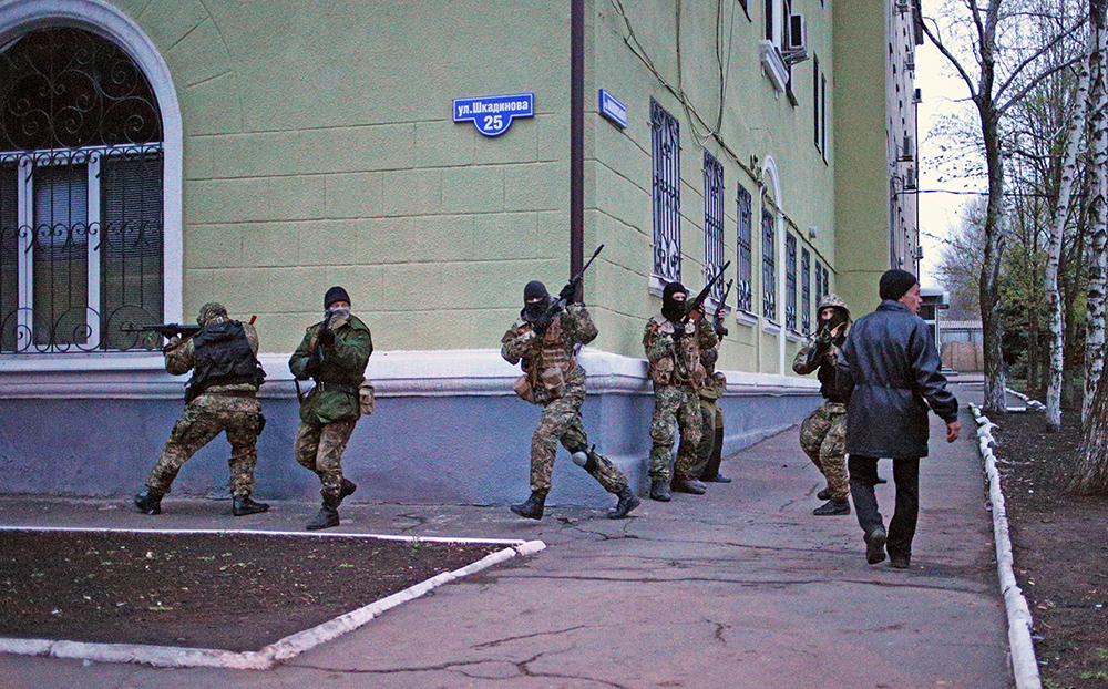 Вооруженные люди на улицах города Краматорска