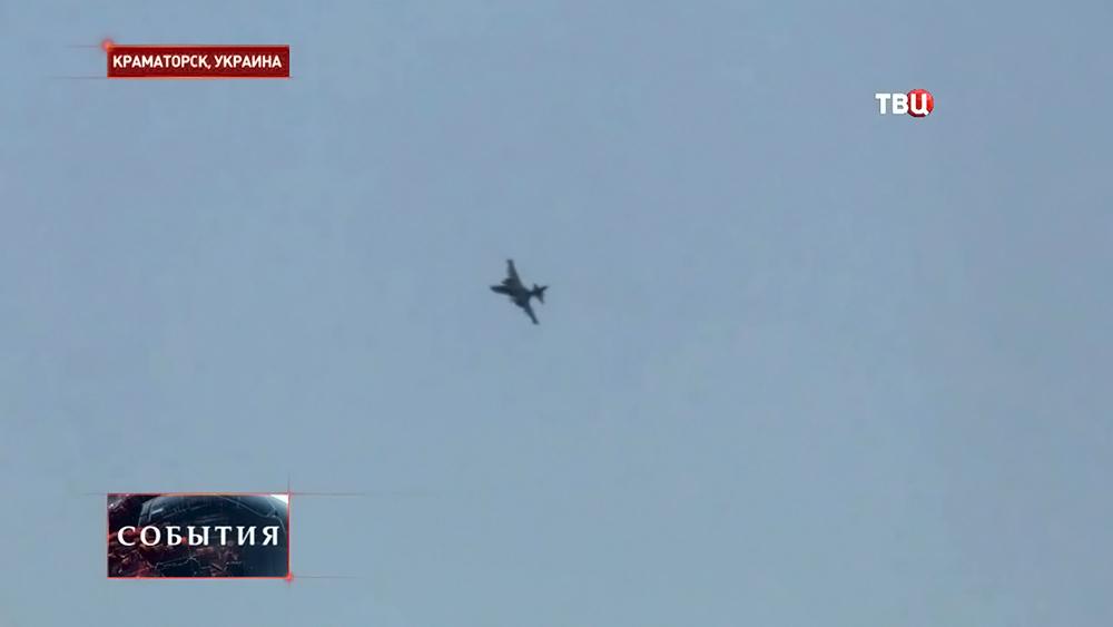 Военный истребитель над городом Краматорском