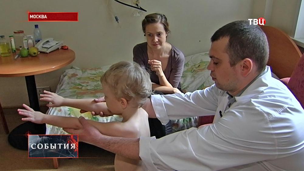 Врач-педиатр осматривает ребенка