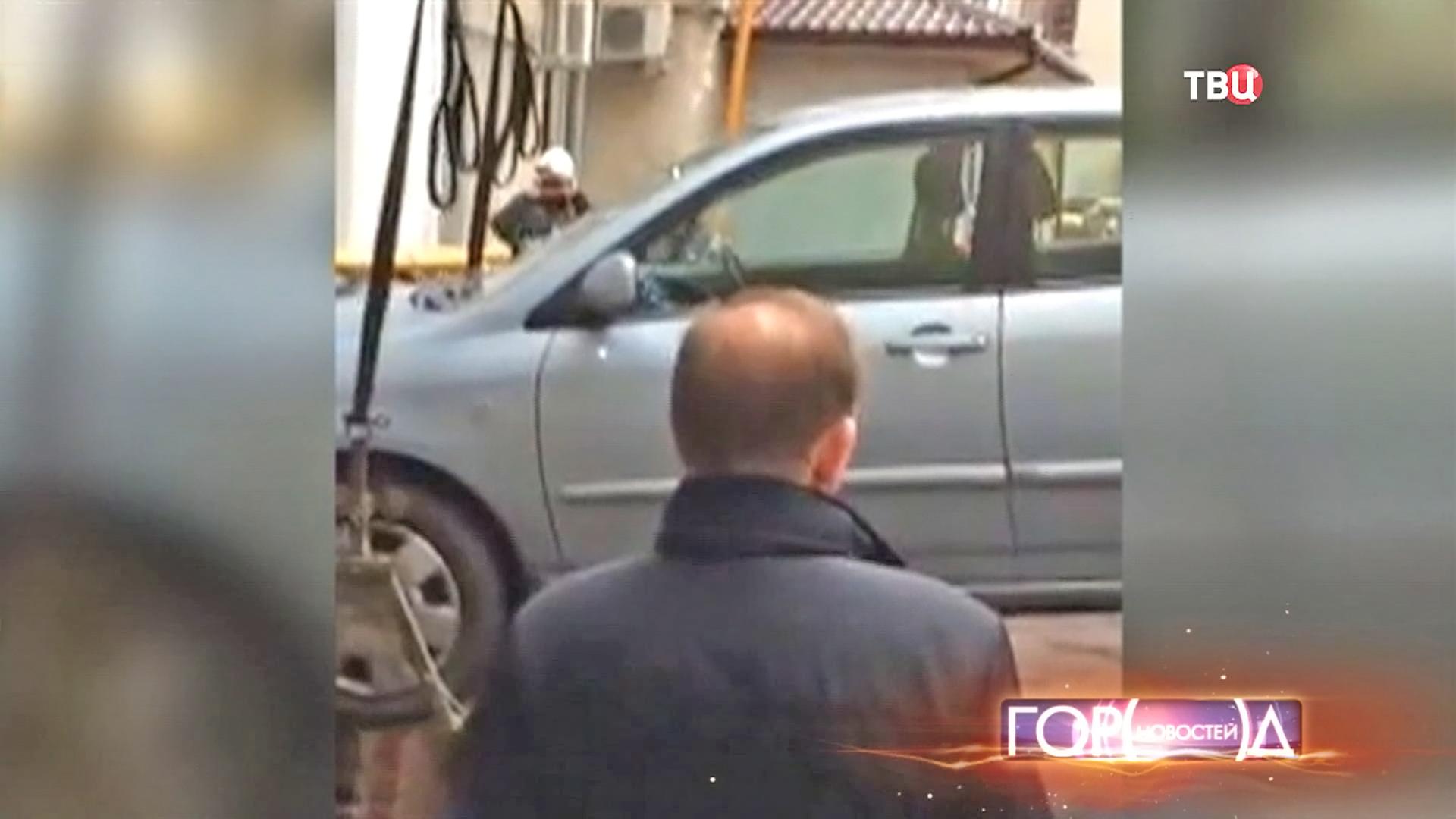 Эвакуация машины из зона провала грунта