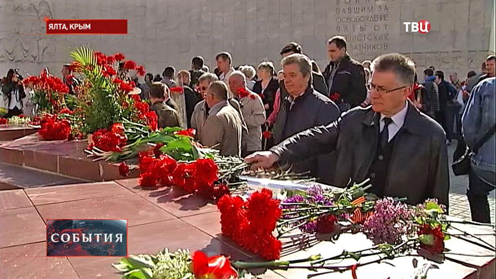 Возложение цветов к воинскому мемориалу в Ялте