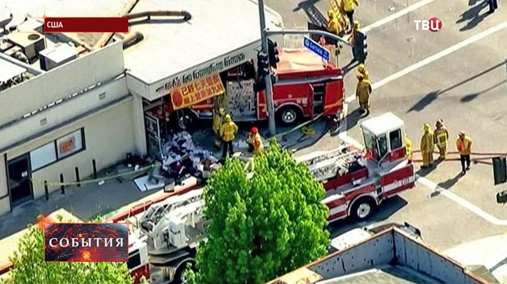 Пожарная машина врезалась в здание в США