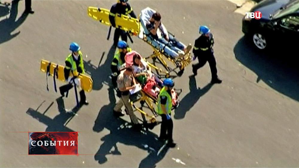 Американские спасатели эвакуируют пострадавших