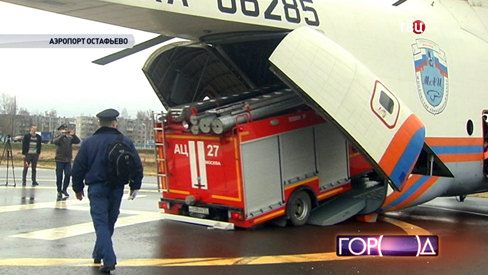 Погрузка пожарной машины на вертолет МЧС