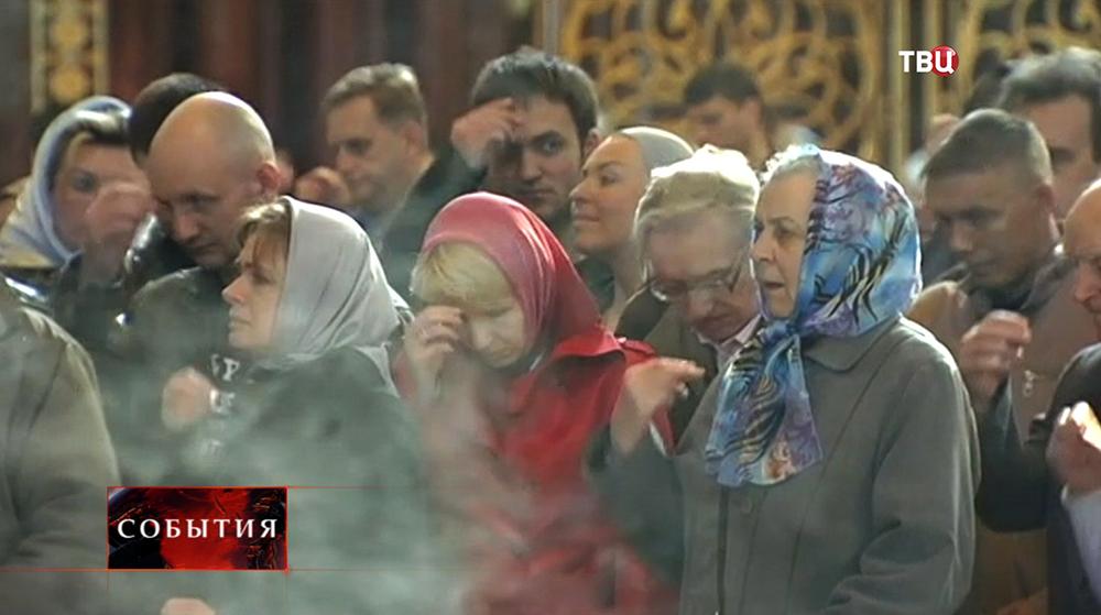 Православные верующие молятся