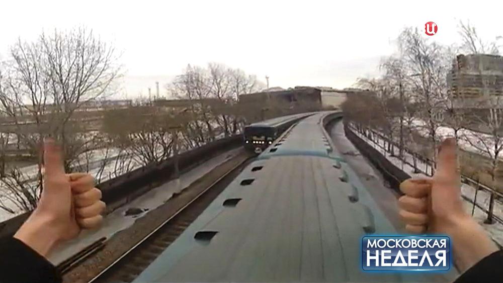 Зацепер едет на вагоне метро