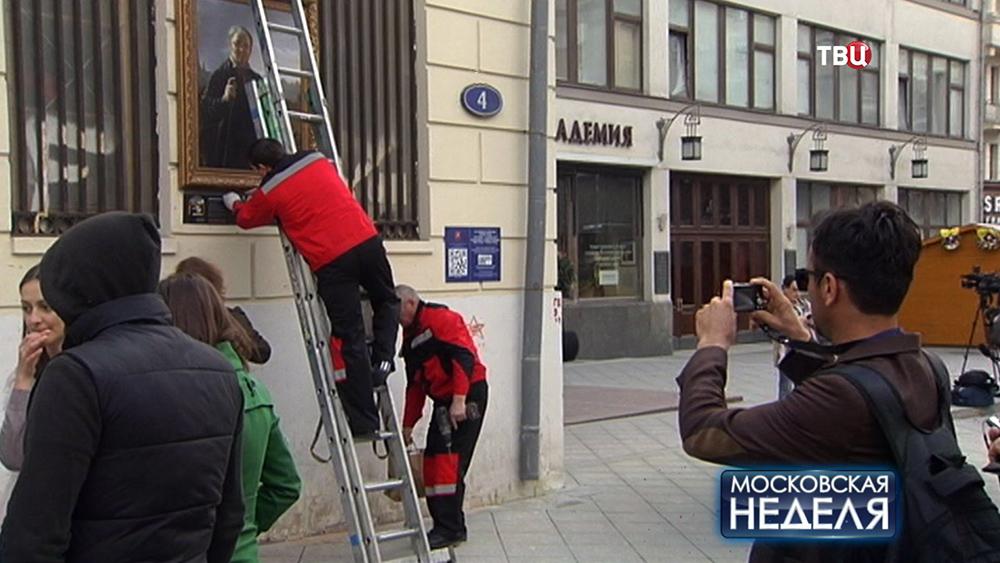 Монтажники вешают репродукции картин на фасады домов в центре Москвы
