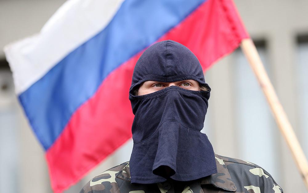 Боец самообороны у захваченного здания СБУ в Луганске
