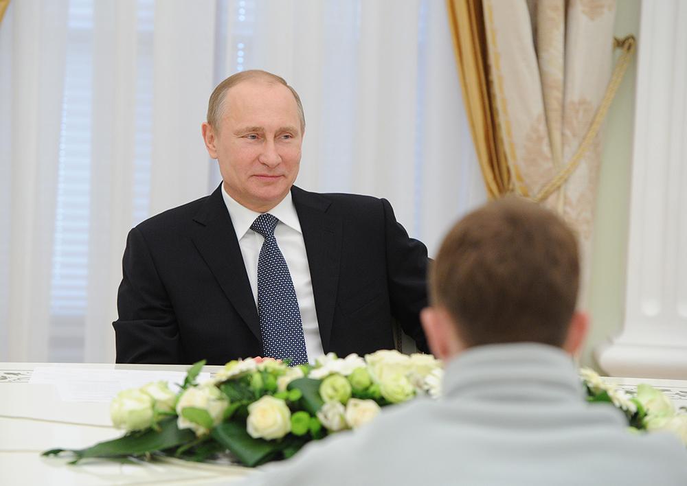 Владимир Путин во время встречи с участниками 7-й Молодежной полярной экспедиции «На лыжах – к Северному полюсу!» в Кремле