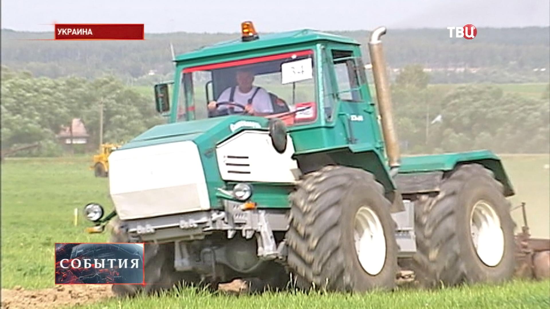 Трактор на поле Украины
