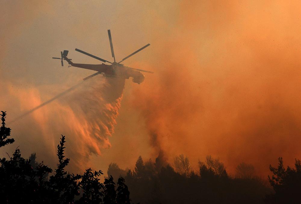 Пожарный вертолет ликвидирует возгорание