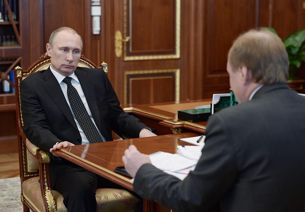 Владимир Путин и советник президента РФ Владимир Толстой во время встречи в Кремле
