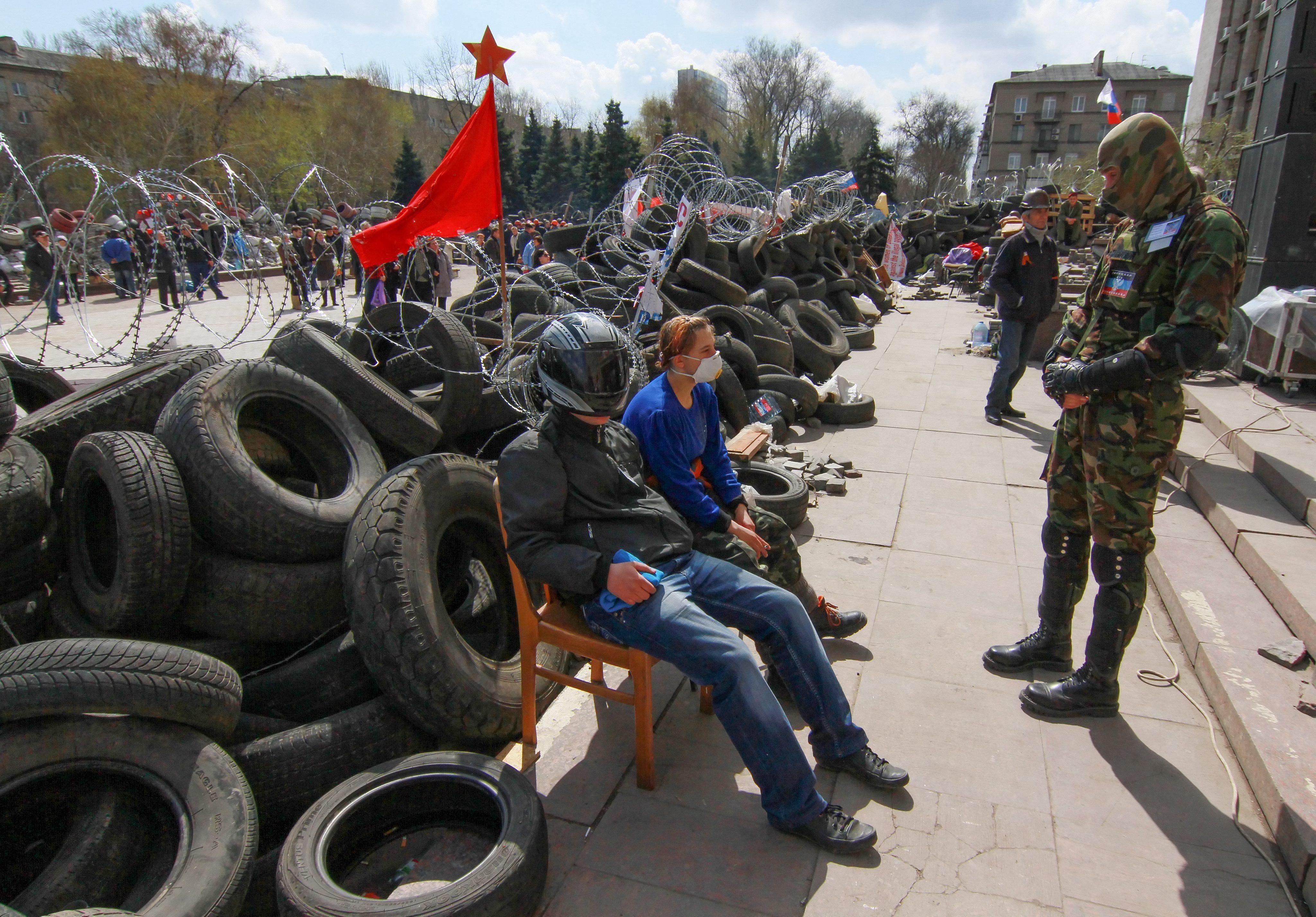 Баррикады у здания администрации Донецка