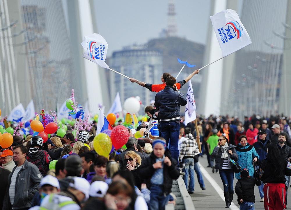 Во время первомайского шествия по мосту через бухту Золотой рог во Владивостоке
