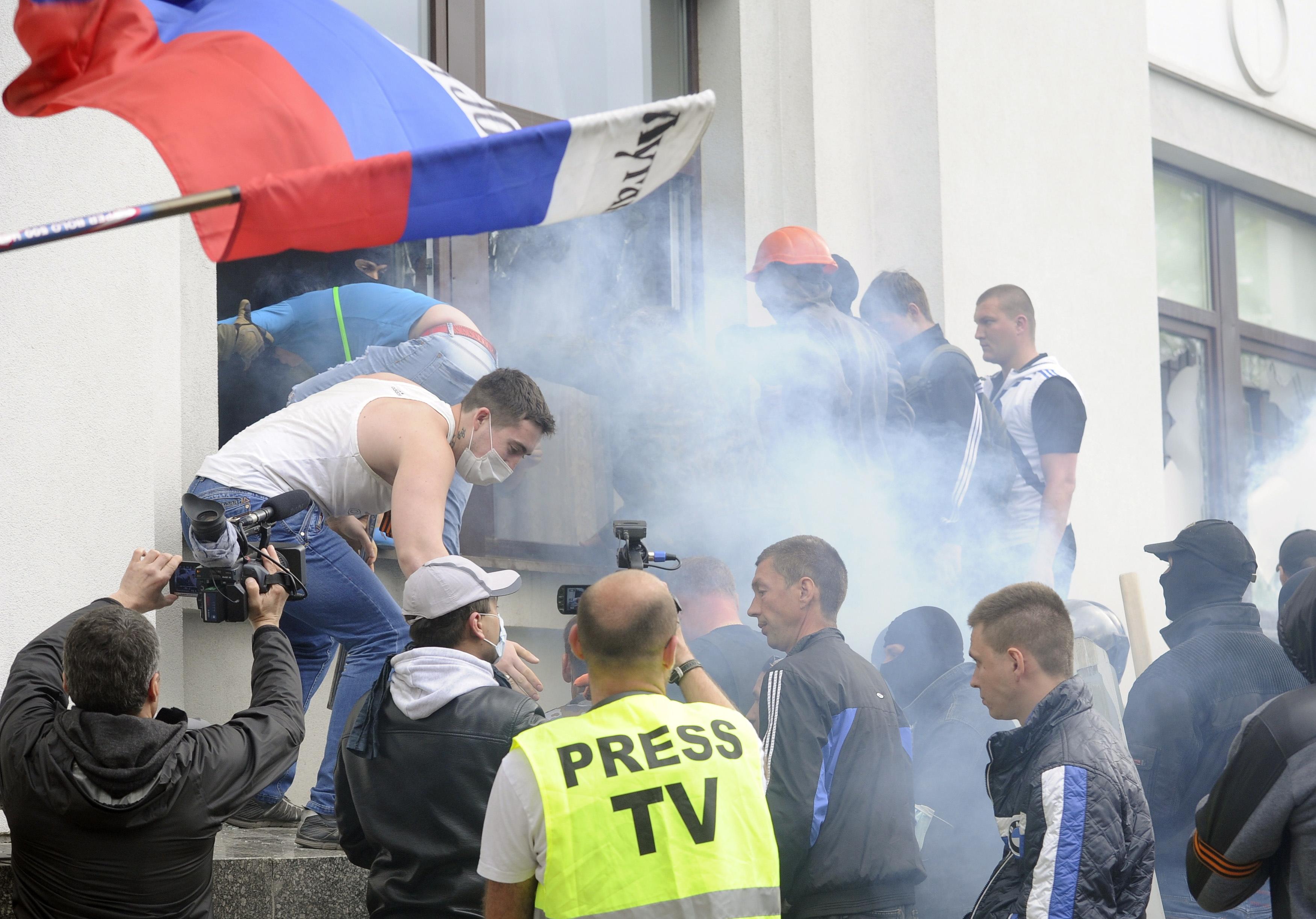 Сторонники федерализации во время захвата здания областной администрации