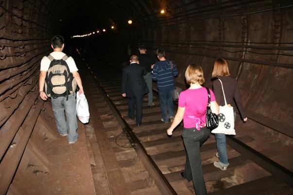Пассажиры метро добираются до ближайшей станции пешком по туннелю