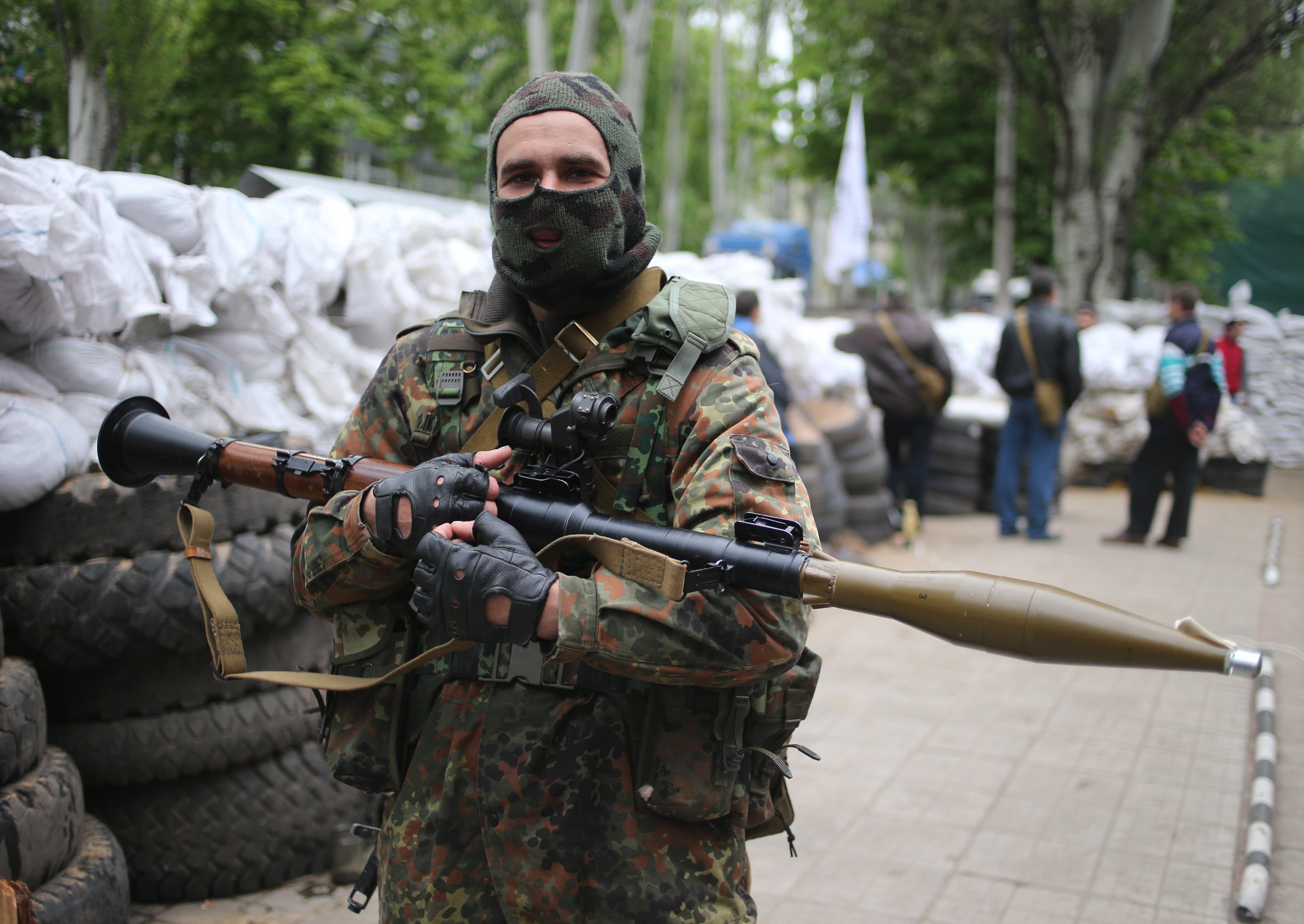 Народный ополченец на одной из улиц Славянска