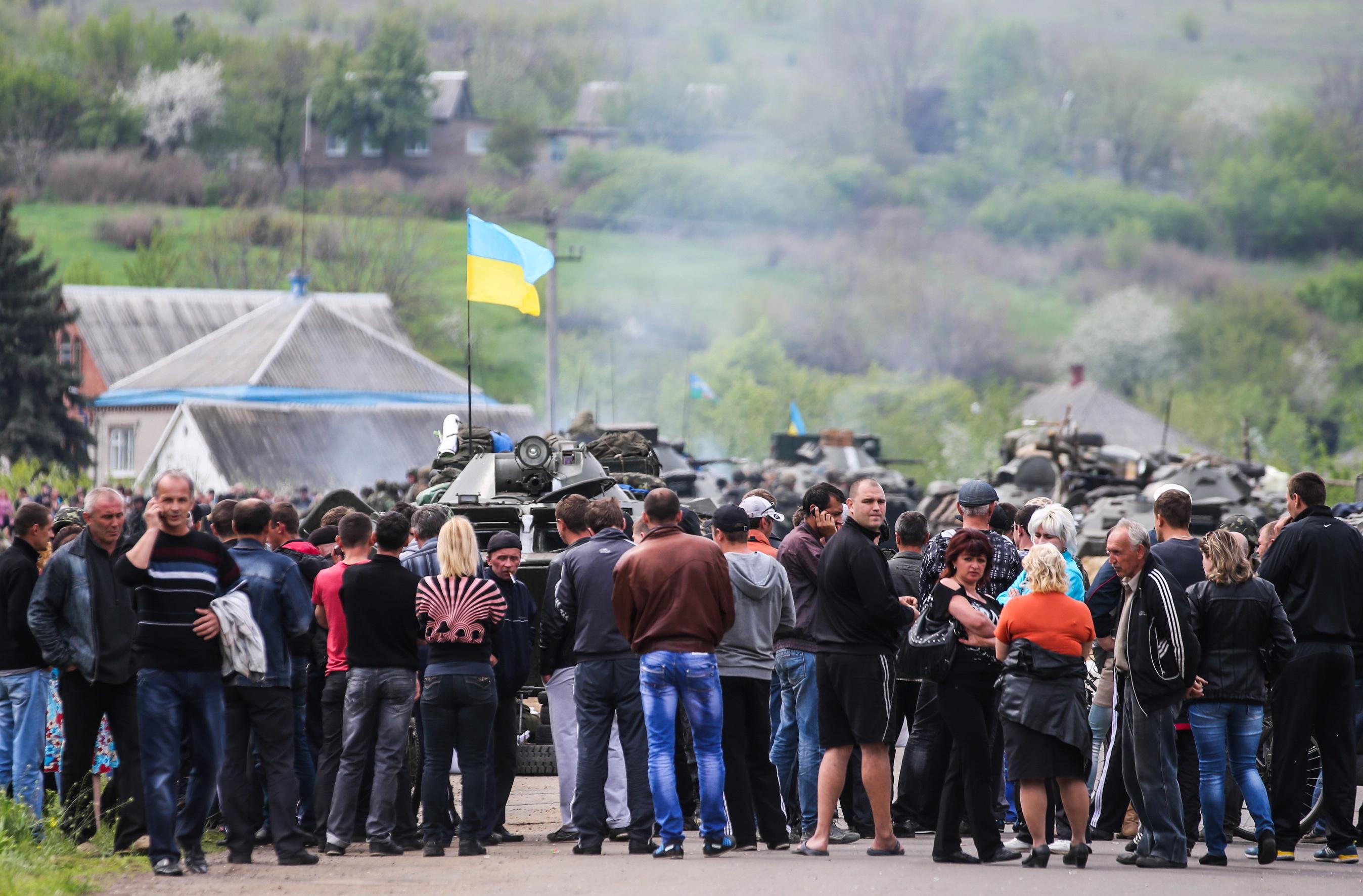 Местные жители заблокировали колонну бронетехники под Славянском