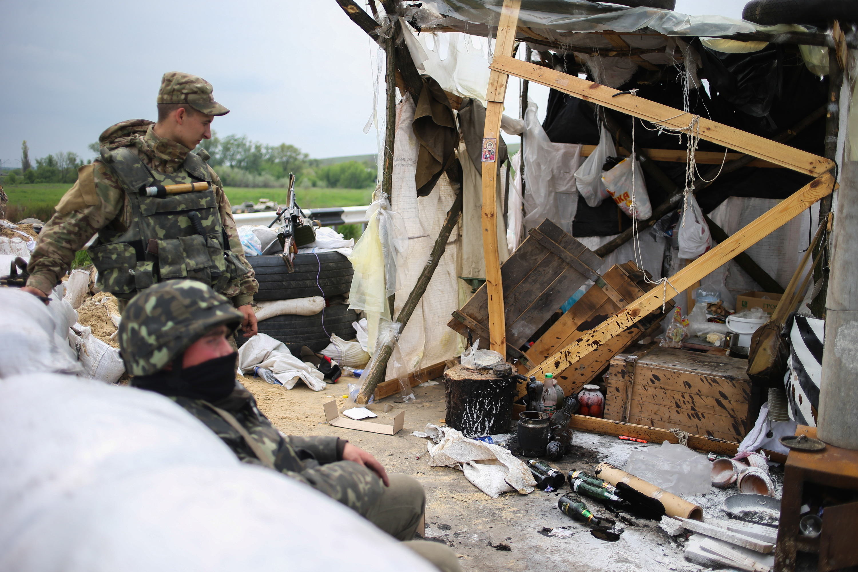 Бойцы украинской армии на одном из блокпостов