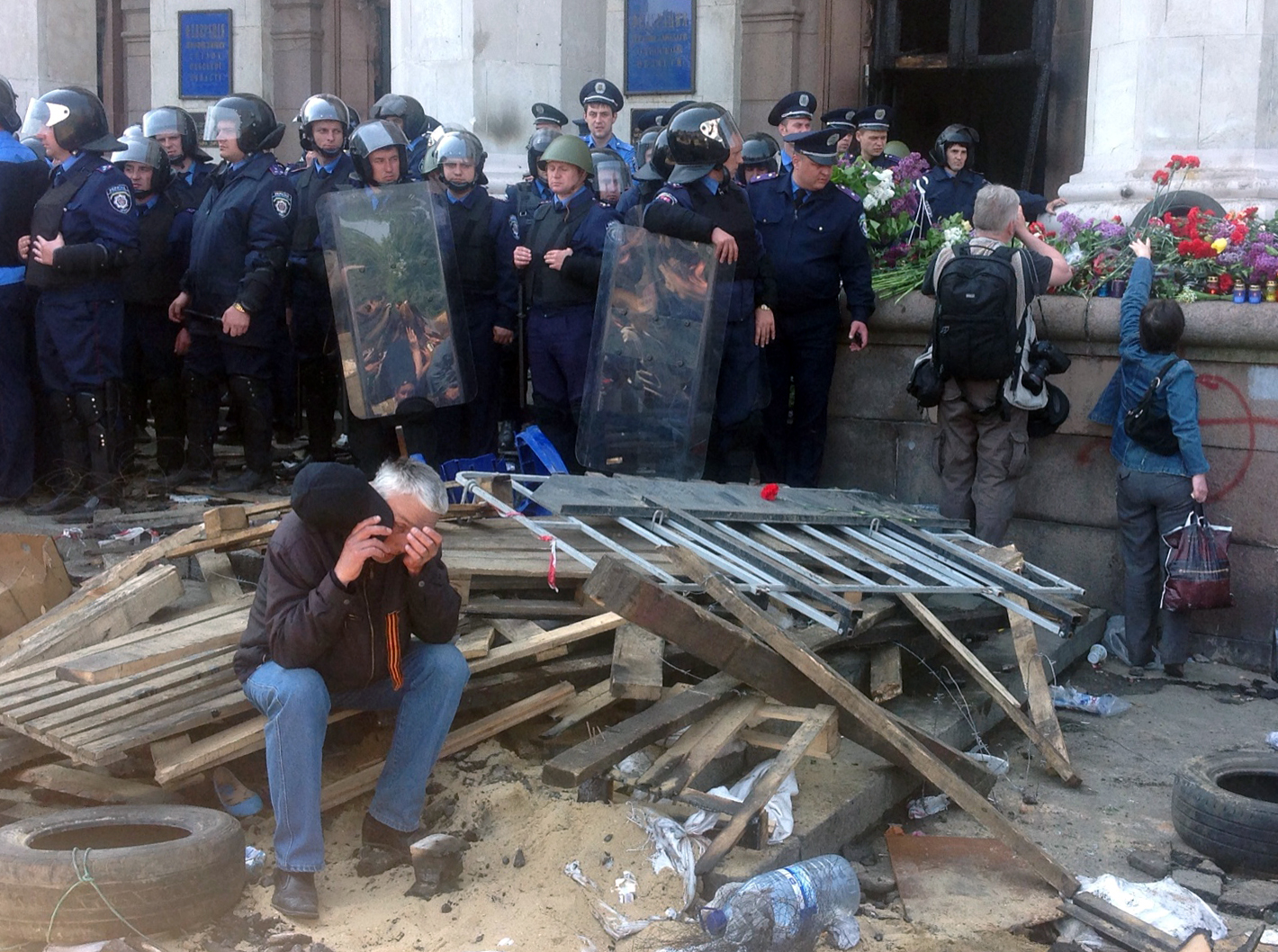 Возложения цветов у здания областного совета профсоюзов в Одессе