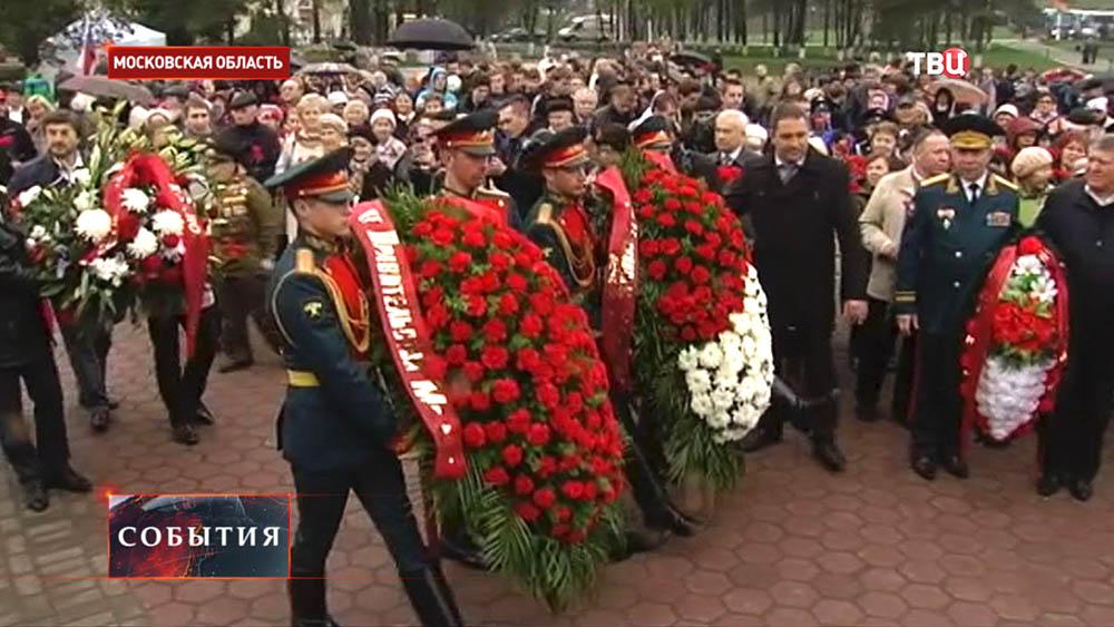 Возложение цветов к мемориалу воинам-сибирякам