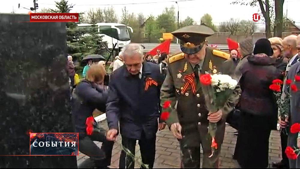 Ветераны возлагают цветы к мемориалу