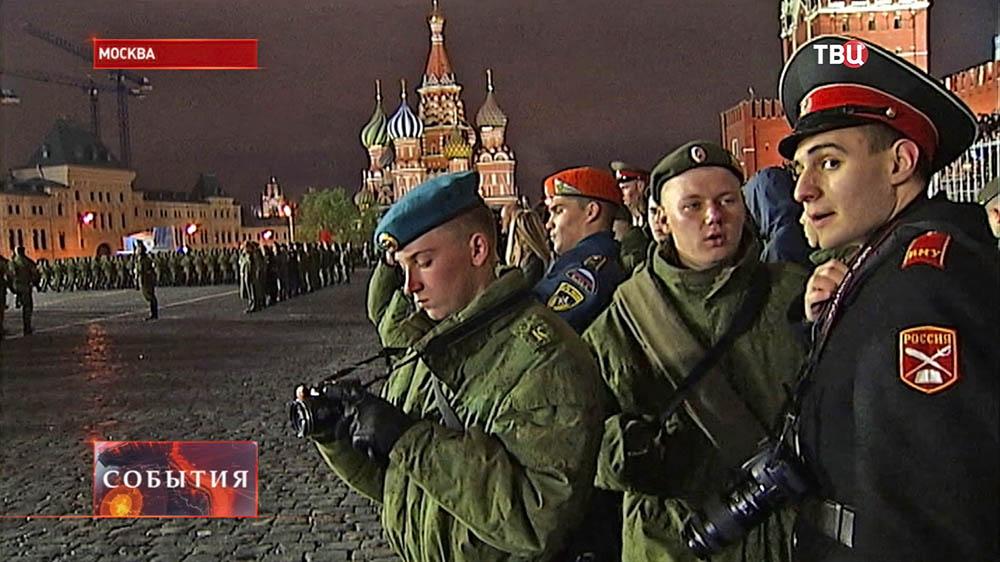 Курсанты наблюдают за репетицией парада на Красной площади