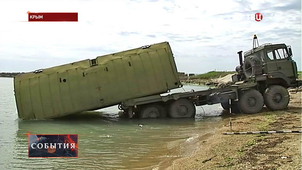 Военные спускают на воду паром для переправы через Керченский пролив