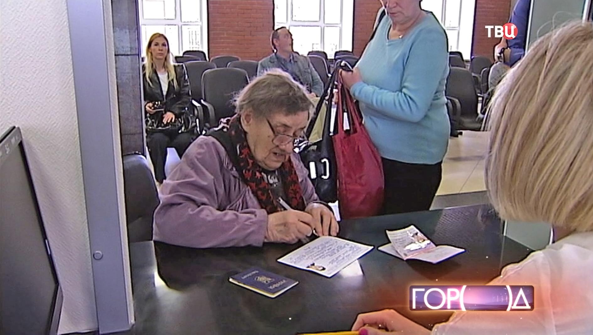 Крымчанам-ветеранам ВОВ вручают российские паспорта
