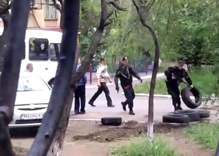 Военные украинской армии на улицах Мариуполя