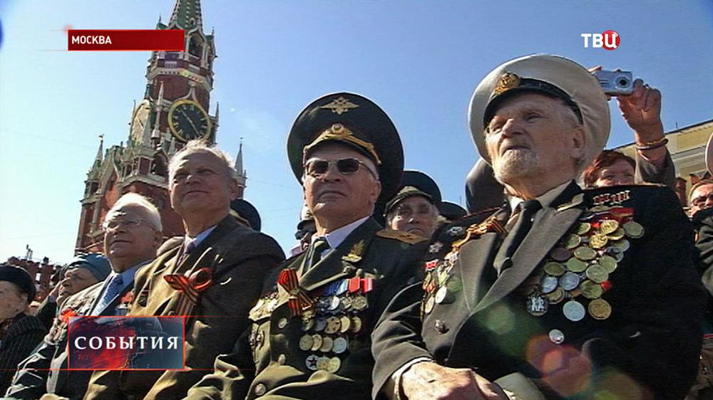 Ветераны наблюдают за парадом Победы на Красной площади